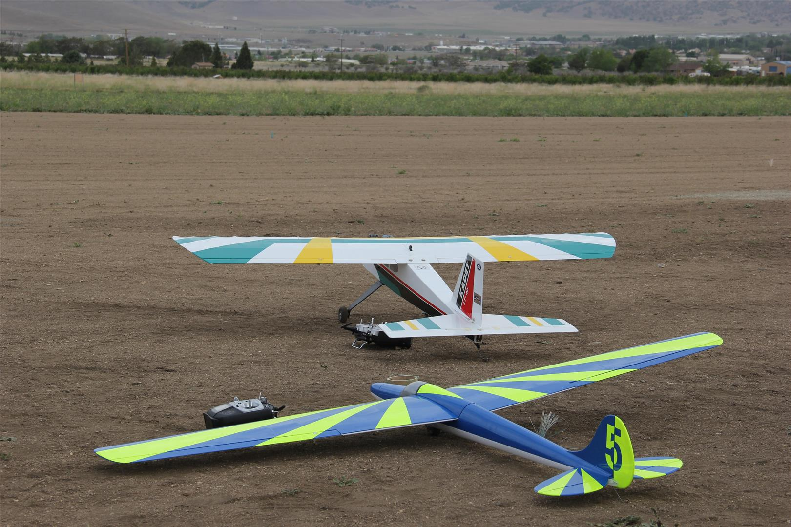 I live a few miles from the Mountain Valley Airport in Tehachapi, CA. Mountain Valley is home to a glider school and lots of glider flying.